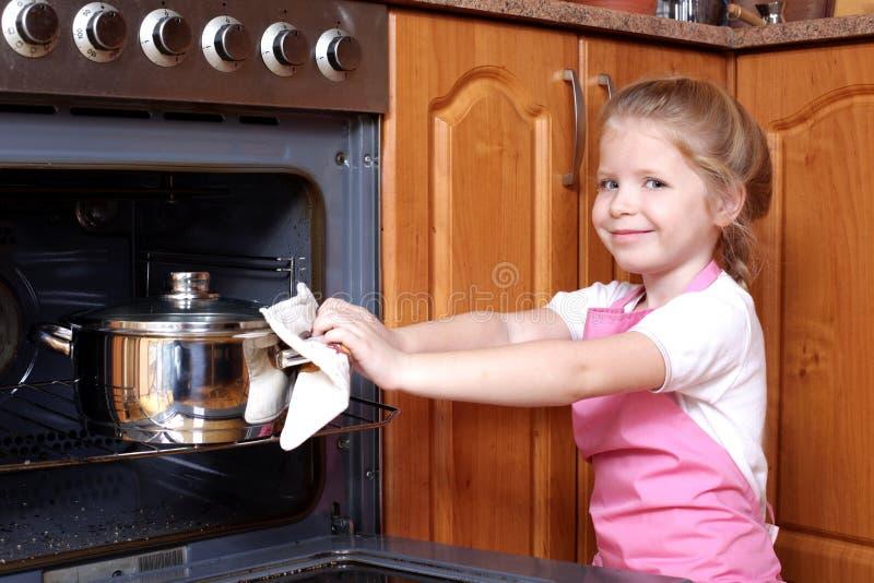 Kleines Mädchen die Nahrung genommen stockfoto
