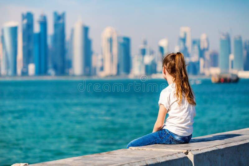Kleines Mädchen in Doha Katar stockfotos