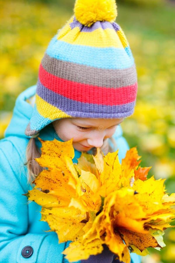 Kleines Mädchen draußen am Herbsttag stockbild