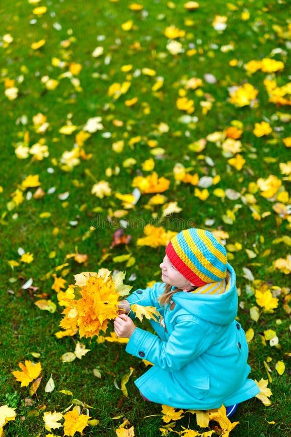 Kleines Mädchen draußen am Herbsttag lizenzfreie stockfotografie