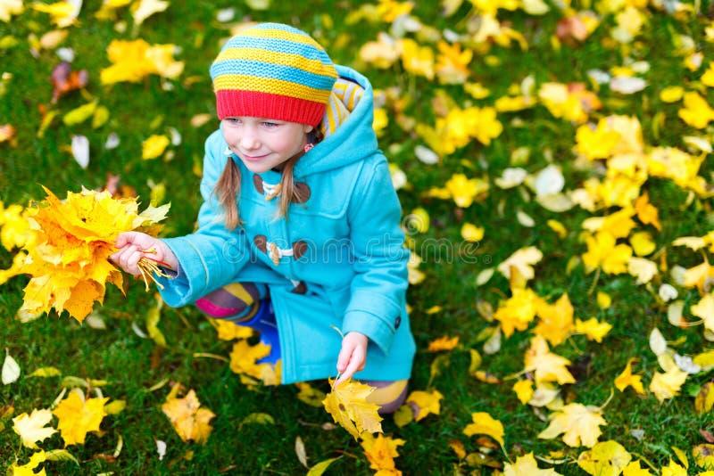 Kleines Mädchen draußen am Herbsttag lizenzfreie stockbilder