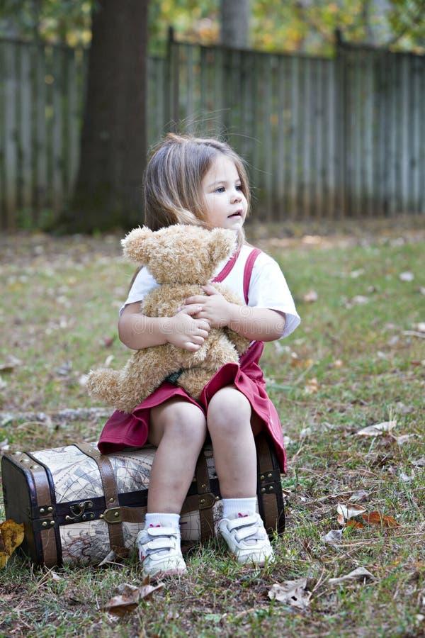 Kleines Mädchen draußen mit Bären stockfotos