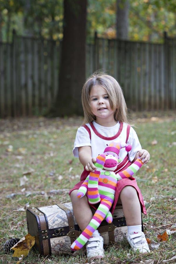 Kleines Mädchen draußen mit Spielzeugfallhammer lizenzfreie stockbilder