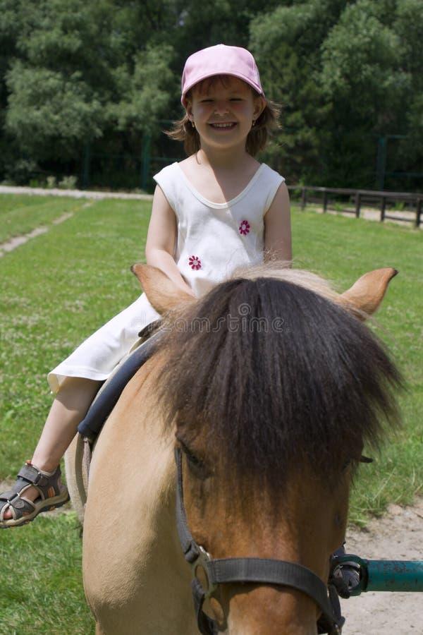 Kleines Mädchen durch Fahrt stockfoto