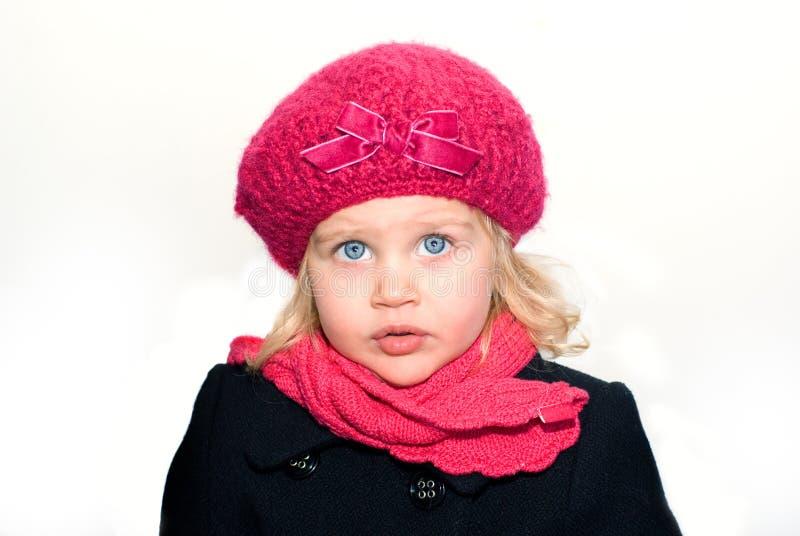 Kleines Mädchen in einem Barett mit einem Schal stockbild