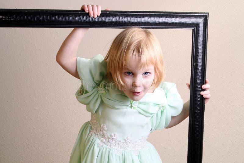 Kleines Mädchen in einem Feld stockbild