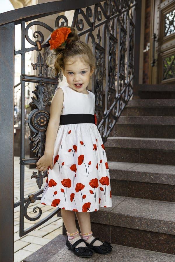 Kleines Mädchen in einem Kleid stockbilder