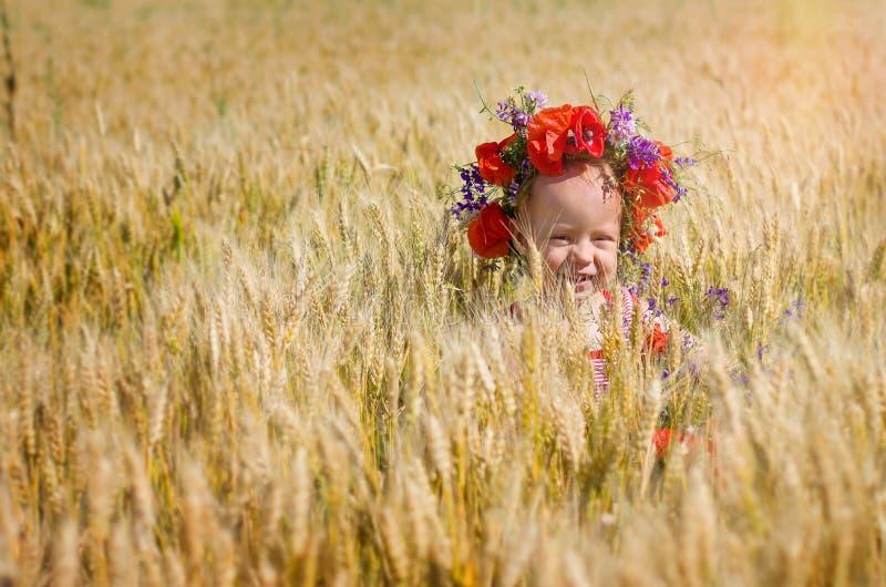 Kleines Mädchen in einem Kranz auf seinem Kopf stockfoto