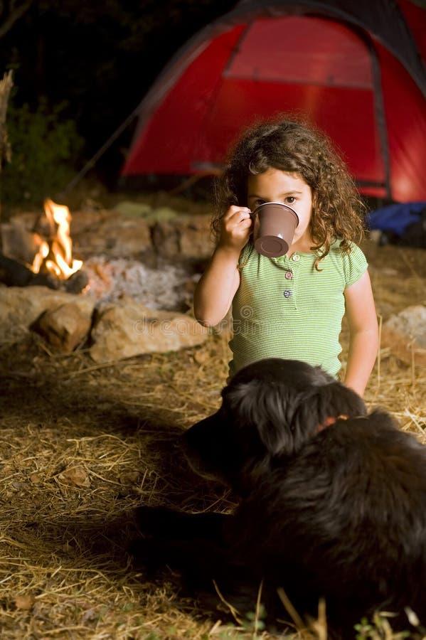 Kleines Mädchen an einem Lager lizenzfreie stockfotos