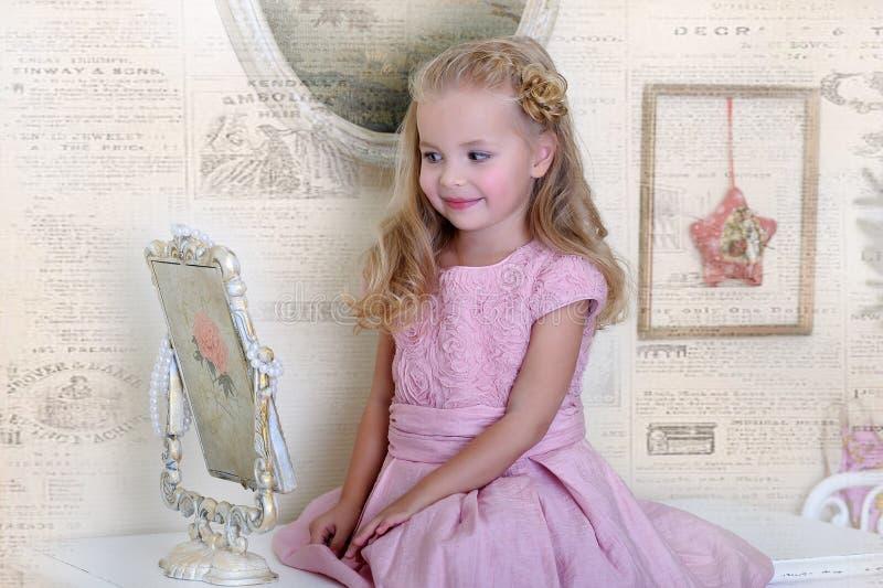 Kleines Mädchen In Einem Rosa Kleid Stockfoto - Bild von fleur ...