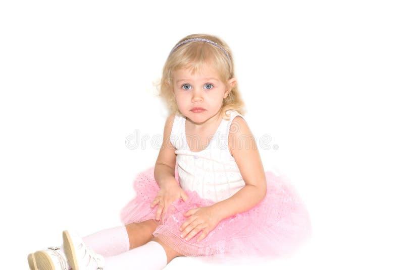 Kleines Mädchen in einem rosafarbenen Ballettsatz lizenzfreies stockbild