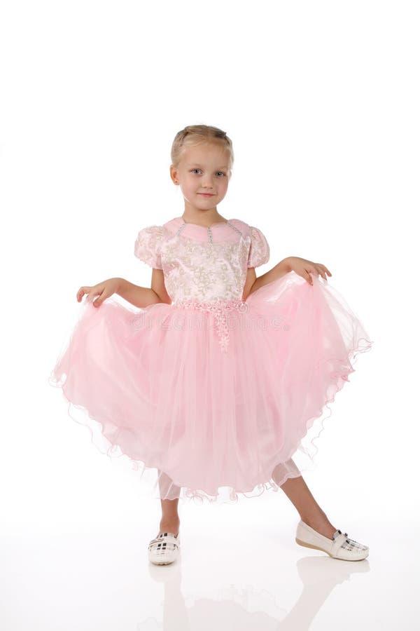 Kleines Mädchen in einem rosafarbenen eleganten Kleid. lizenzfreie stockfotografie