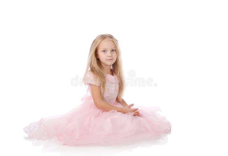 Kleines Mädchen in einem rosafarbenen eleganten Kleid stockbild