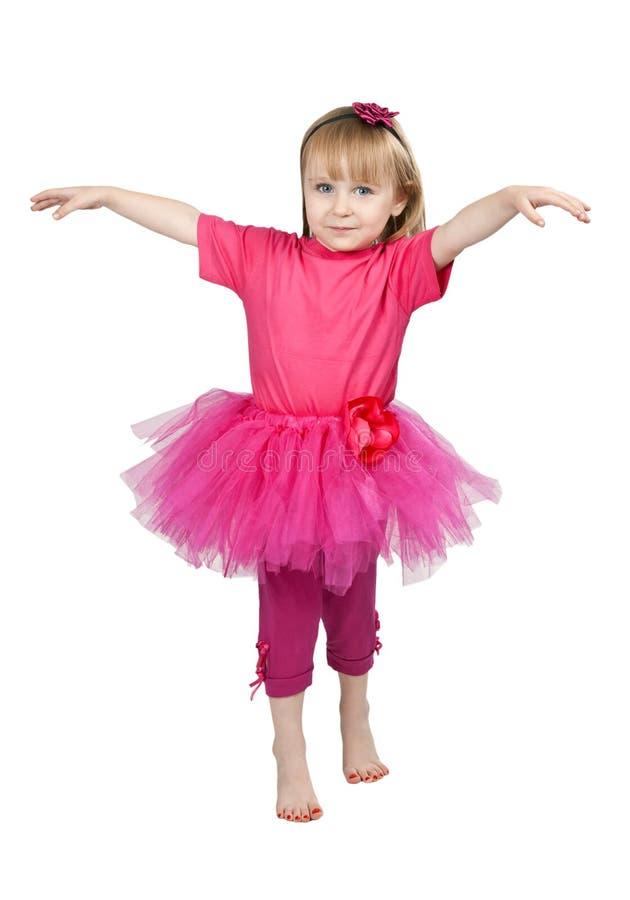 Kleines Mädchen in einem rosafarbenen Kleidtanzen lizenzfreies stockfoto