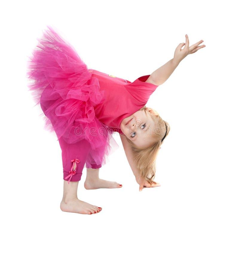Kleines Mädchen in einem rosafarbenen Kleidtanzen lizenzfreie stockfotos