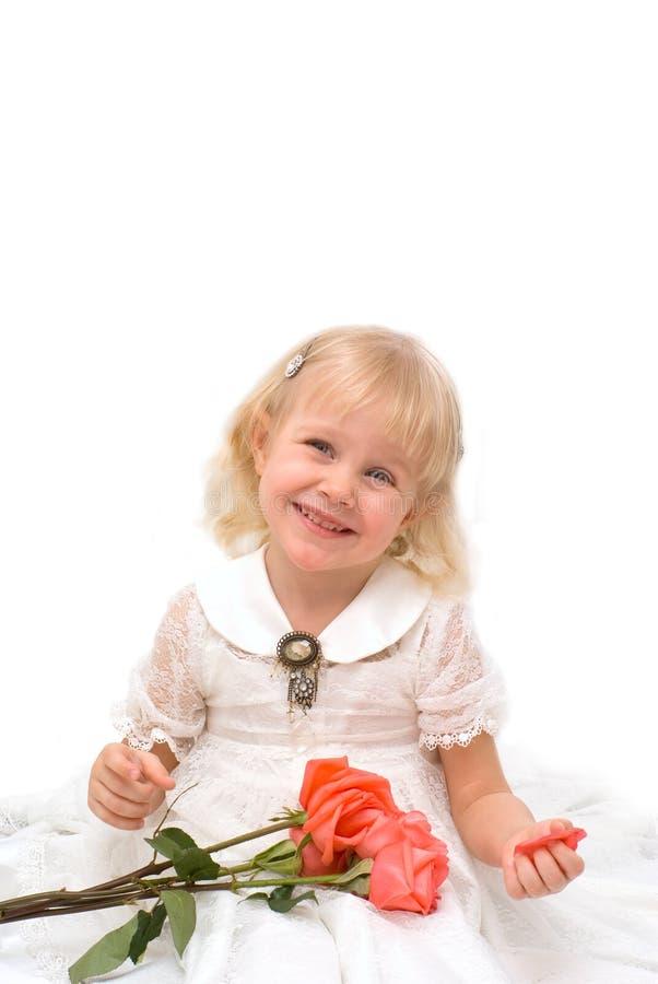Kleines Mädchen in einem schönen weißen Kleid stockfotografie