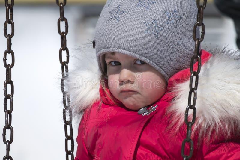Kleines Mädchen in einer Jacke des Rotes unten wurde beleidigt lizenzfreie stockbilder