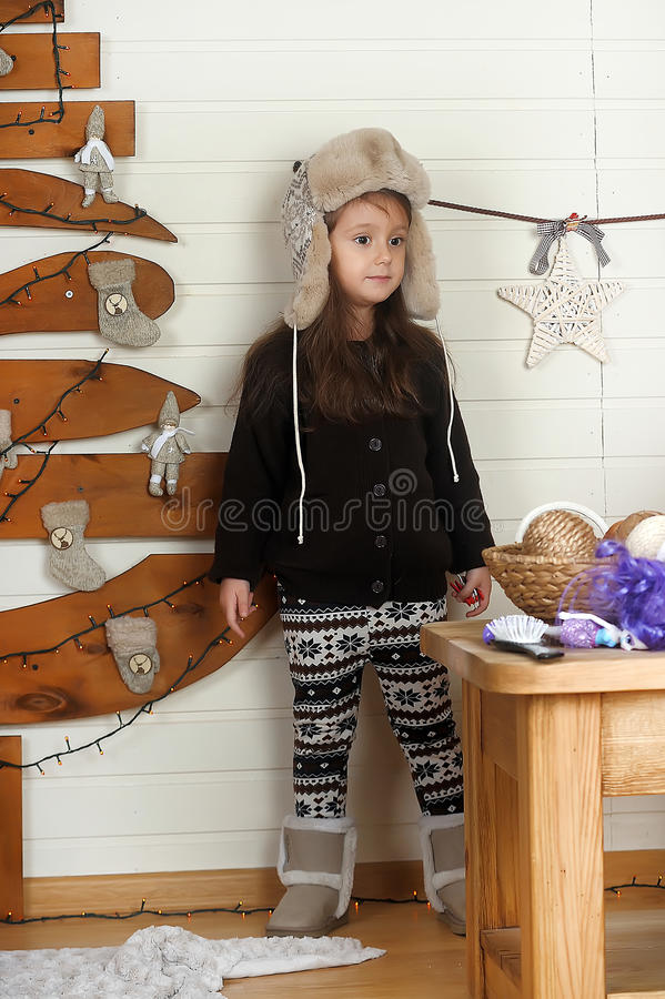 Kleines Mädchen in einer Schutzkappe stockbild
