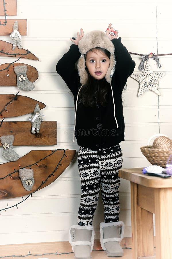 Kleines Mädchen in einer Schutzkappe lizenzfreie stockbilder