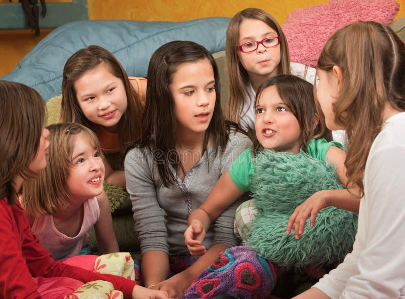 Kleines Mädchen erklärt eine Geschichte stockbild
