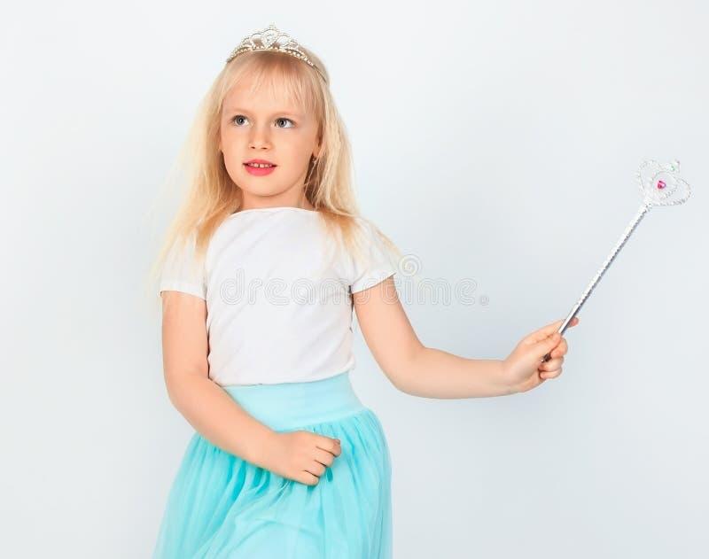 Kleines Mädchen in feenhaften Kostüm Feen, die Magie auf weißem backg tun lizenzfreie stockfotos