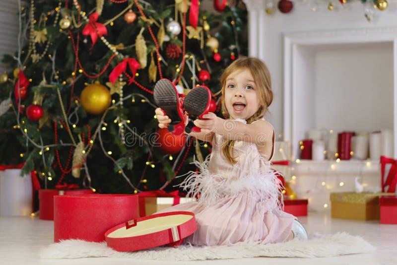 Kleines Mädchen feiert Weihnachten stockfoto