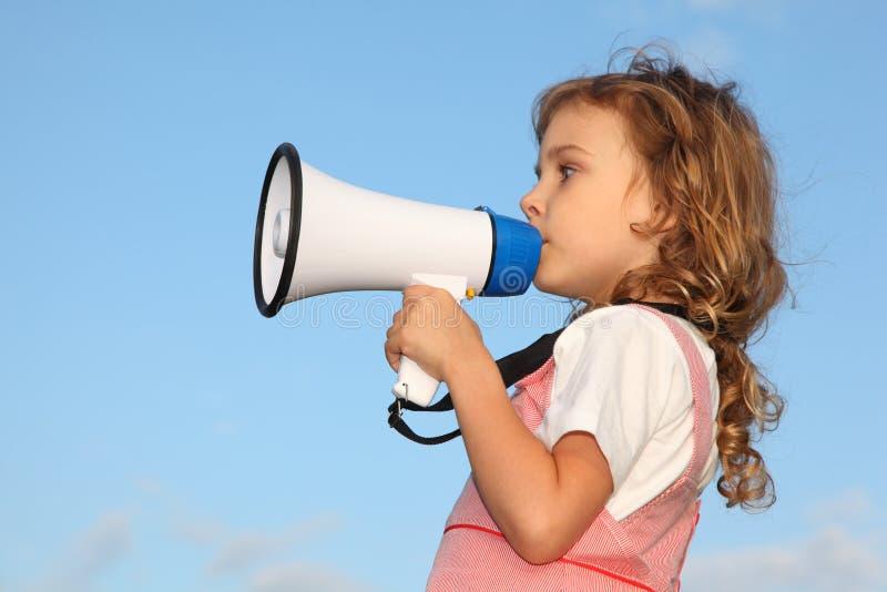 Kleines Mädchen, gegen Himmel, spricht im Lautsprecher stockfotografie