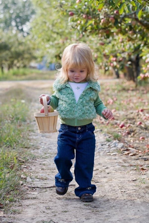 Kleines Mädchen-Gehen stockbilder