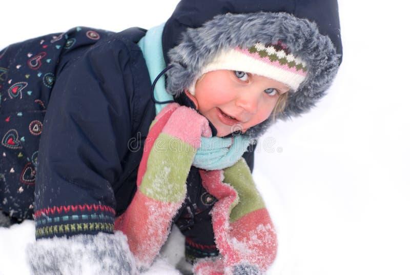 Kleines Mädchen geht sonniger Wintertag stockbilder