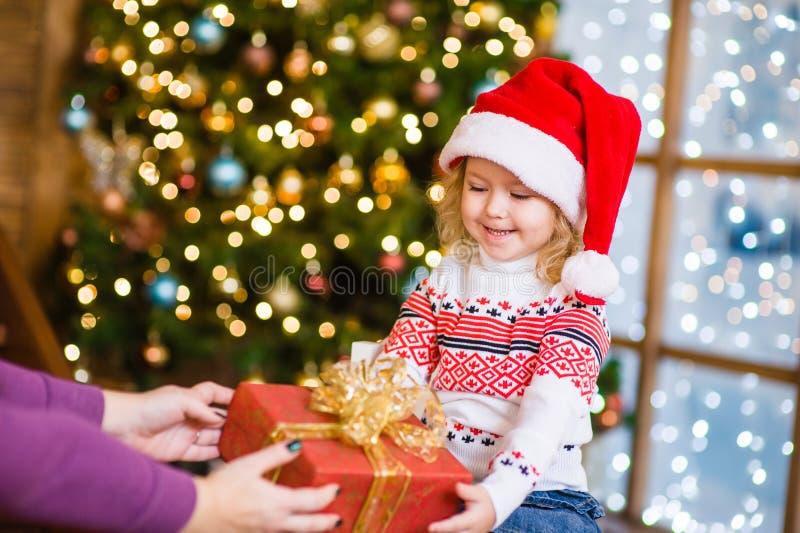 Kleines Mädchen gibt der Mutter ein Geschenk lizenzfreies stockfoto