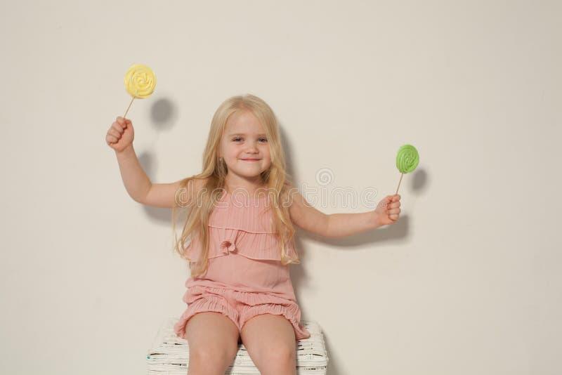 Kleines Mädchen hält in der Hand einen süßen Kuchen des kleinen Kuchens stockbilder