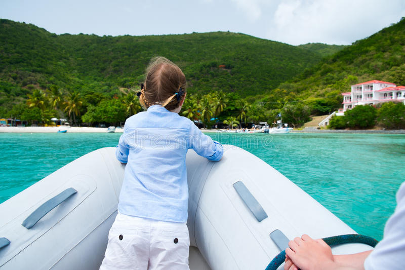Kleines Mädchen haben eine Fahrt auf aufblasbares Boot stockbild