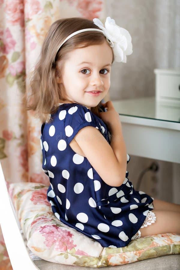 Kleines Mädchen hairbrushing lizenzfreie stockbilder