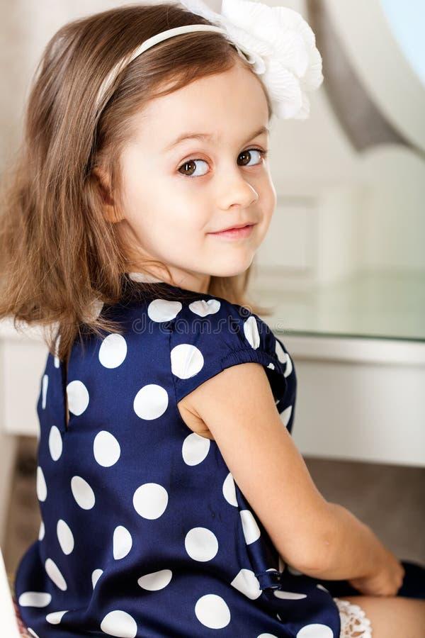 Kleines Mädchen hairbrushing lizenzfreie stockfotos