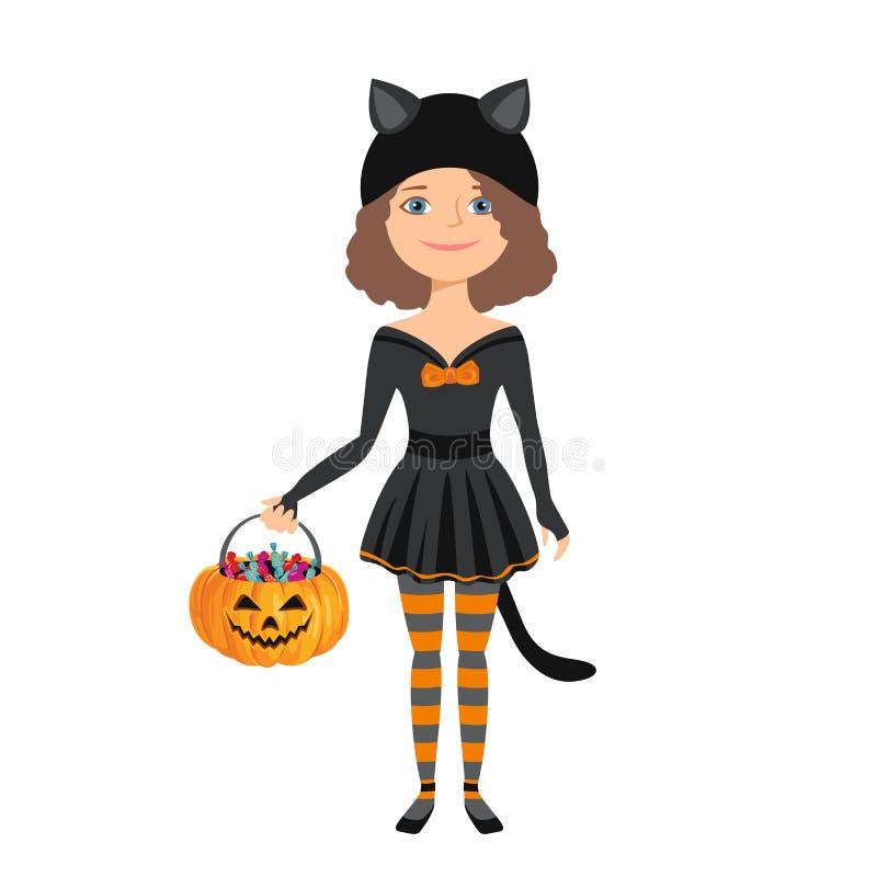 Kleines Mädchen in halloween schwarzes Katzenkostüm isoliert auf weißem Hintergrund Kürbiskörbe für Kinder mit Süßigkeiten lizenzfreie abbildung