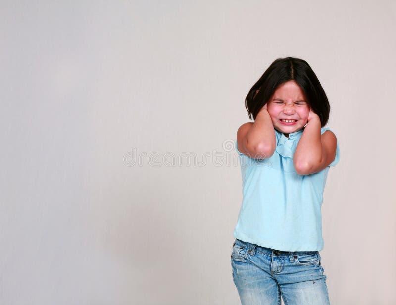 Kleines Mädchen-Holding-Ohren stockfoto