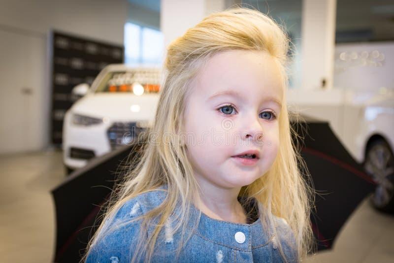 Kleines Mädchen im AutoAusstellungsraum lizenzfreie stockbilder