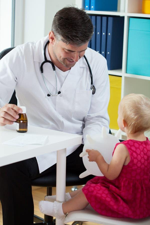 Kleines Mädchen im Büro des Kinderarztes stockbild