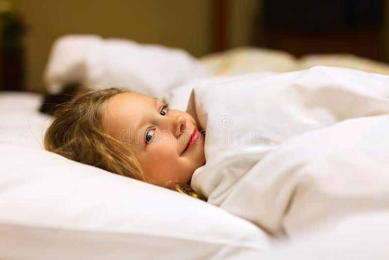 Kleines Mädchen im Bett stockfoto