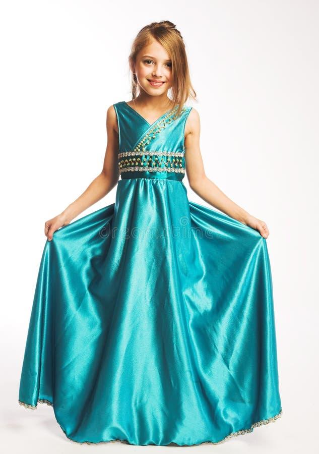 Kleines Mädchen im blauen Kleid stockbilder