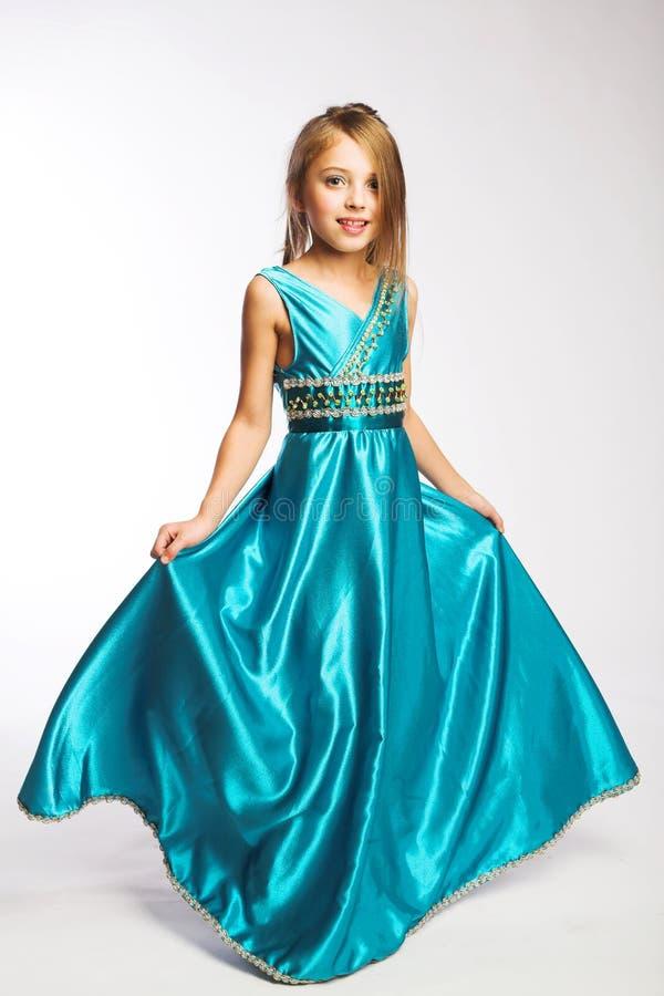 Kleines Mädchen im blauen Kleid stockbild