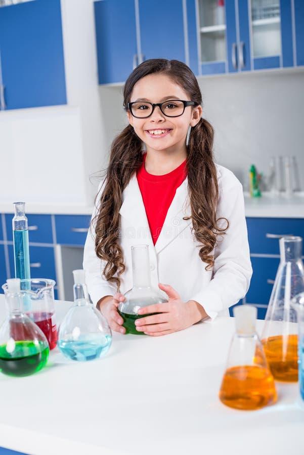 Kleines Mädchen im chemischen Labor stockfoto