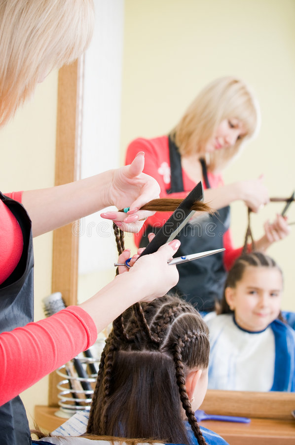 Kleines Mädchen im Friseursalon lizenzfreie stockfotos