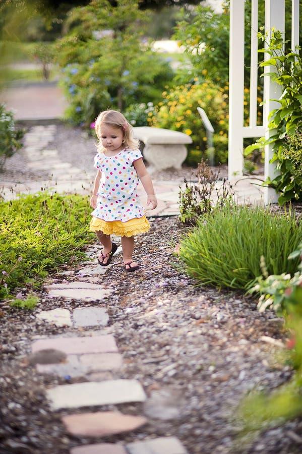 Kleines Mädchen im Garten stockfotografie