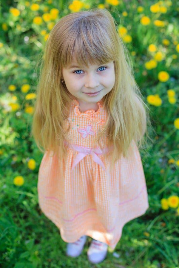 Kleines Mädchen im Garten lizenzfreies stockbild