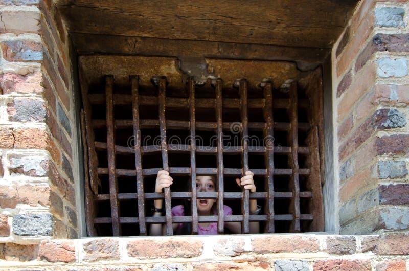 Kleines Mädchen im Gefängnis lizenzfreie stockfotos