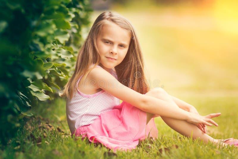 Kleines Mädchen im Gras lizenzfreie stockbilder
