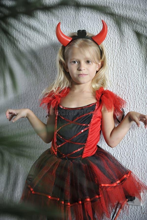 Kleines Mädchen im Halloween-Kostüm stockfotos