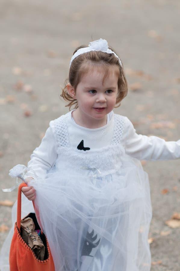 Kleines Mädchen im Hexenkostüm, das Spaß bei Halloween Süßes sonst gibt's Saures hat lizenzfreie stockbilder