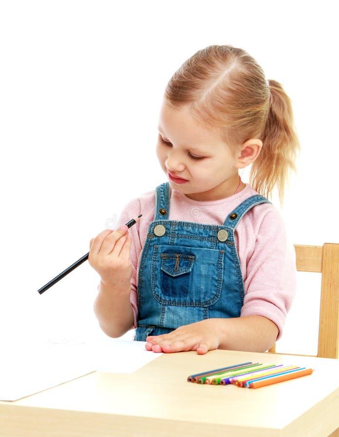 Kleines Mädchen im Kindergarten betrachtet lizenzfreie stockbilder